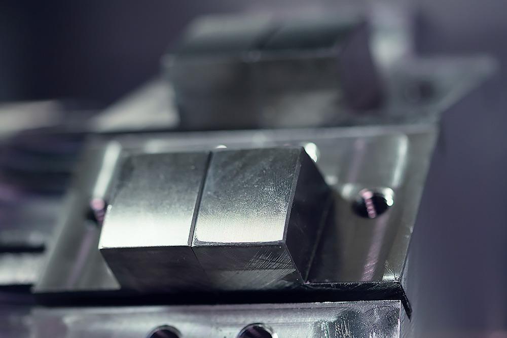 Spaantec Bohnenschneider - Fertiges Komponent aus Stahl, in CNC-Fräser befestigt- Foto mit Details