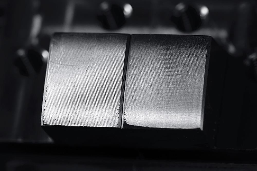 Spaantec- Bohnenschnitter - Komponente aus Stahl, in CNC-Fräser festgespannt - Makro-Zoom