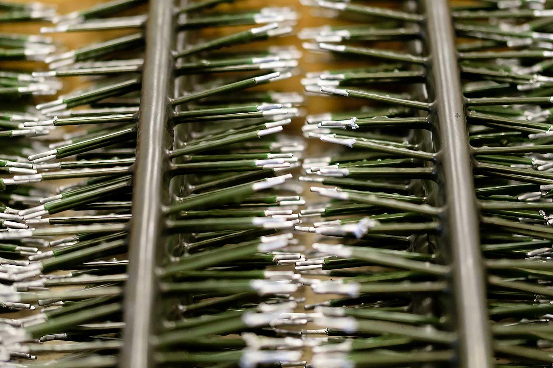 Bevor die Komponenten ein Hartverchromung erhalten, werden sie auf Kleiderbügel gehängt