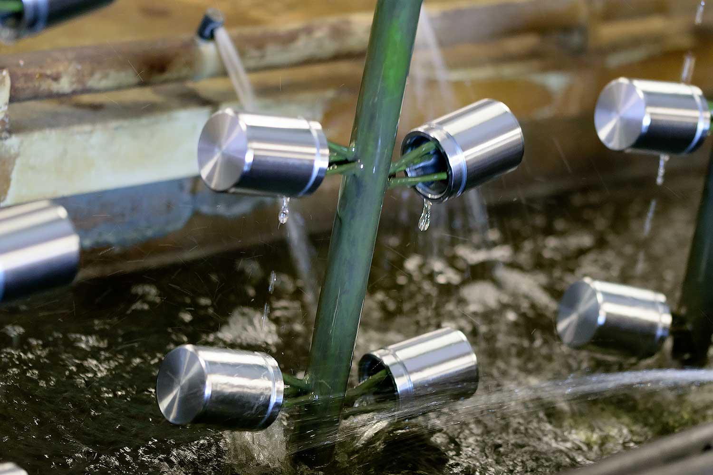 Die Komponenten werden während des Prozesses mehrmals im Wasserbad gespült